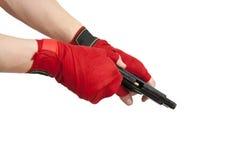 Svart vapen i en hand Arkivfoto