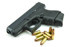 Svart vapen och 9mm kulor en vit bakgrund Arkivfoto