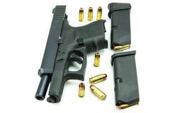 Svart vapen och 9mm kulor en vit bakgrund Royaltyfria Bilder