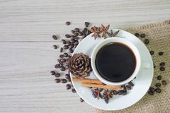 Svart varmt kaffe och kaffebönor fotografering för bildbyråer