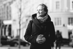 Svart-vit foto av flickan arkivbilder