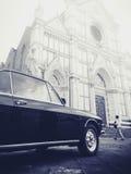 Svart & vit sköt av den klassiska italienska bilen i Florence Royaltyfri Bild