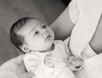Svart vitt fotografi, moder och behandla som ett barn Modern rymmer henne Arkivfoto