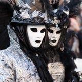 Svart & vitt, maskeringar på karnevalet, Venedig, Italien Arkivfoton