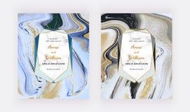 Svart, vitt och guld- blänka flytande marmorerar bröllopinbjudankort Abstrakt modell f?r fastst?lld f?rgpulverm?lning Moderiktiga stock illustrationer