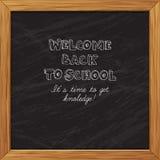 Svart välkomnande för svart tavlahälsningkort tillbaka till skolan med woode Royaltyfri Bild