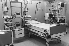svart white Sjukhusakutmottagningintensivvård modern utrustning, begrepp av sund medicin, behandling, sjukhuspatient arkivbild