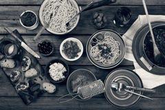 svart white traditionell matitalienare Pastaspagetti med tomatsås, oliv och garnering med vin på trätabellen nat Royaltyfri Fotografi
