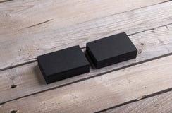 Svarta affärskort som isoleras på gammal wood bakgrund Royaltyfri Fotografi