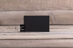 Svarta affärskort som isoleras på gammal wood bakgrund Arkivfoto