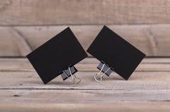 Svarta affärskort som isoleras på gammal wood bakgrund Fotografering för Bildbyråer