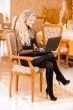 svarta arbeten för bärbar datordeltagarekvinna Royaltyfria Foton