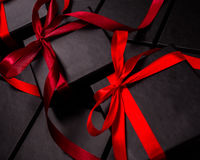 Svarta askar för packande gåvor med röda pilbågar Royaltyfri Bild