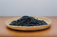Svarta bönor i en korg royaltyfri fotografi