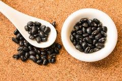 Svarta bönor på maträtt Royaltyfri Bild