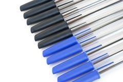 svarta blåa pennor Royaltyfri Foto