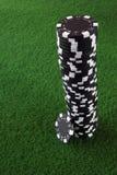 svarta chiper pile poker Fotografering för Bildbyråer