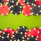 svarta chiper som spelar red Royaltyfri Foto