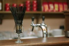 Svarta coctailrör i ett genomskinligt exponeringsglas på stång Fotografering för Bildbyråer
