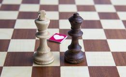 svarta diagram konungdrottning för schackbegreppsdialog arkivbild