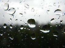 svarta droppar rain det SAD vita fönstret Fotografering för Bildbyråer