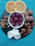 Svarta druvor med andra frukter fotografering för bildbyråer
