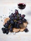 Svarta druvor och rött vin Royaltyfri Fotografi