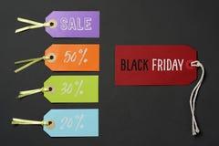 Svarta fredag och etiketter med olika procentsatser Arkivbild