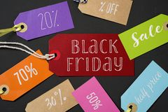 Svarta fredag och etiketter med olika procentsatser Arkivfoto