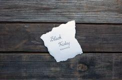 Svarta fredag som är skriftlig på ett papper Royaltyfri Bild