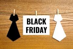 Svarta fredag text på pappers- kort med monokromma band för hals Fotografering för Bildbyråer
