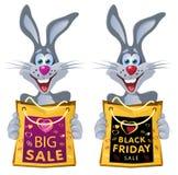 svarta friday Rolig kanin rymmer shoppingpåsen från försäljningen Royaltyfri Bild