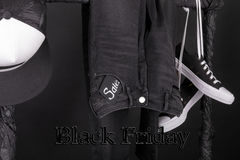 svarta friday rosa försäljningsyellow och vita snaekers, lockflåsandet, jeans som hänger på kläder, rack bakgrund close upp Fotografering för Bildbyråer