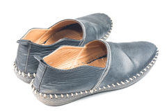 svarta gammala skor Arkivfoton