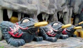 Svarta grodor med den guld- cirkeln i Suoi Tien Park, Vietnam Royaltyfri Foto