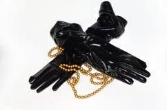 Svarta handskar för fetischPVC-vinyl med pärlor Royaltyfri Bild