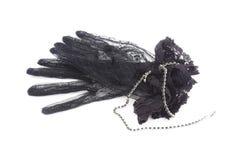 Svarta handskar med snör åt och svärtar smyckenhalsbandet Fotografering för Bildbyråer