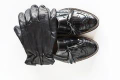 Svarta handskar på svarta skor Arkivfoto