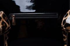 Svarta handväska- och kvinnaskor, närbild Arkivfoto