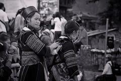 Svarta Hmongs kvinnor från den Cat Cat byn i Sapa Arkivbilder