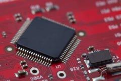 Svarta IC på röd PCB Royaltyfria Foton