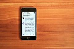 Svarta Iphone 5s som visar iOS 8 Royaltyfri Foto