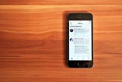 Svarta Iphone 5s som visar iOS 8 Arkivfoton