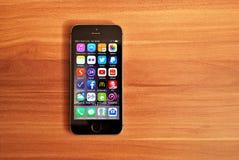 Svarta Iphone 5s som visar iOS 8 Arkivfoto