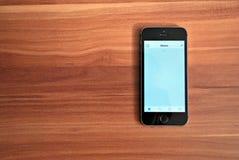 Svarta Iphone 5s som visar iOS 8 Royaltyfri Fotografi
