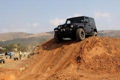Svarta Jeep Wrangler på kursen 4x4 Royaltyfri Fotografi