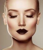 svarta kanter för halloween för svart hår le för lång look pumpa för makeup sexigt skjutit till häxakvinnan Lyxig härlig kvinna m royaltyfria bilder