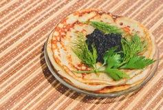 svarta kaviarpannkakor Fotografering för Bildbyråer