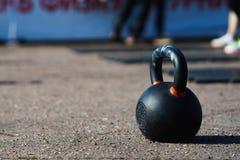 Svarta Kettlebell som isoleras på asfaltbakgrund Arkivfoto