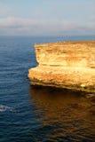 svarta klippor coast det steniga havet Arkivfoto